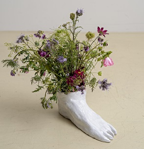 Aline Stalder, «Ödland», 2019, Keramik, Glasur, Wiesenblumen, 33 x 21 cm, © Aline Stalder, Foto: Julian Humm, Basel
